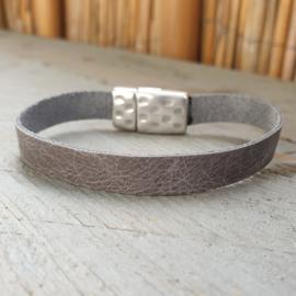 Plat leren armband grijs