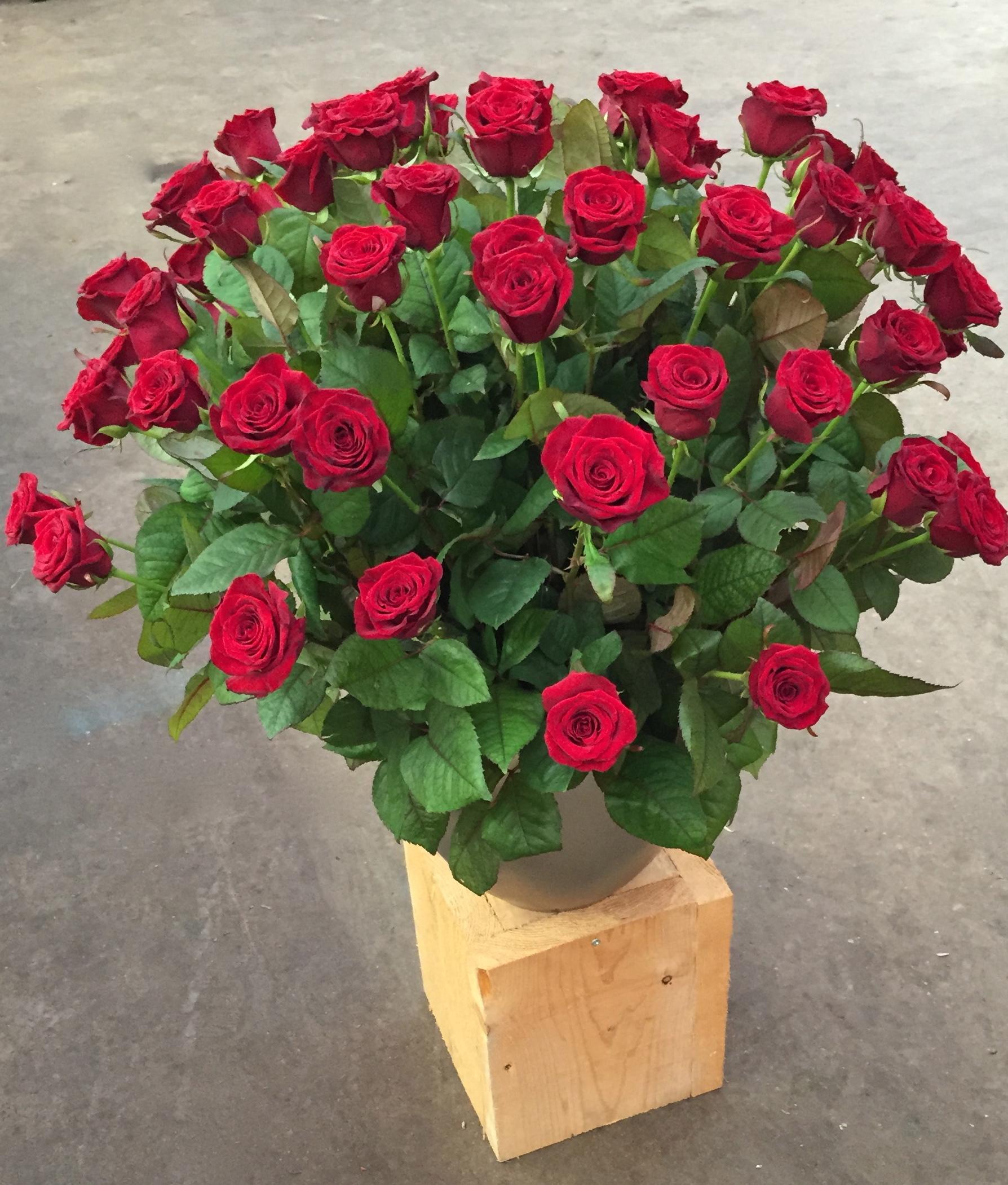 Vaas opgestokken met rozen