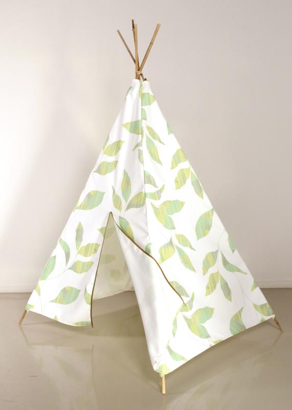 Tipi tent wit met groene bladeren