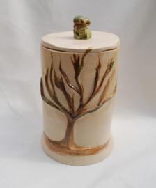Mooie urn met handgeschilderde boom.