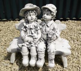 Tuinbeeld kinderen op bankje  - beton