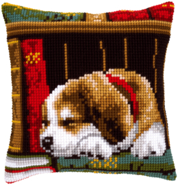 Slapende Hond in Boekenrek Kruissteekkussen Vervaco