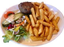 Patat groot bord met varkens gehaktbal inc. mayonaise of ketchup