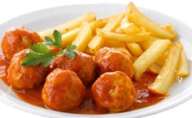 Patat groot boord met gehaktballetjes in tomaten of pindasaus