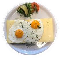 2 Gebakken eieren en 2 boterhammen kaas met thee, koffie of sinaasappelsap