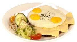 3 gebakken eieren en 3 boterhammen  kaas met thee, koffie of sinaasappelsap.