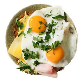 2 gebakken eieren en 2 boterhammen kaas, ham met thee, koffie of sinaasappelsap