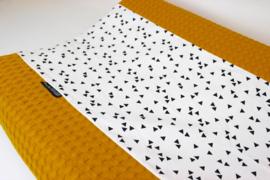 Aankleedkussenhoes wafel grof okergeel met triangel (wit/zwart)