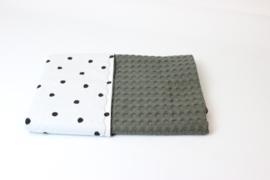 Kinderwagendeken legergroene grove wafel met dots poplin (sale)