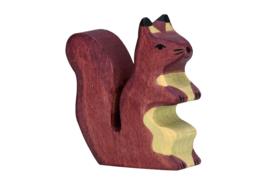 Holztiger zittende donkere eekhoorn