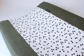 Aankleedkussenhoes wafel fijn oudgroen met traingle (wit/ zwart)
