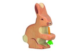 Holztiger haas met wortel
