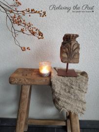 Oud houten tempelstukje op statief