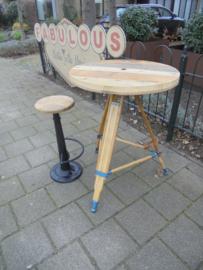 Industriele bartafel/statafel met onderstel houten driepoot