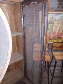 Stoere industriele kast van hout met metalen deur