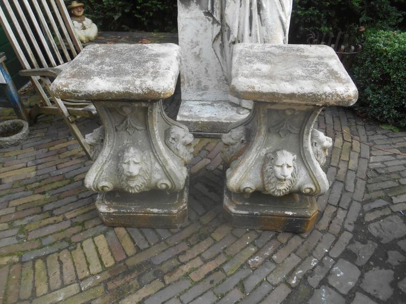 2 hele oude consoles met leeuwen unieke exemplaren