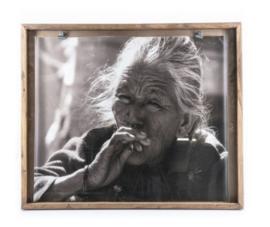 'Smoking old lady' in houten frame