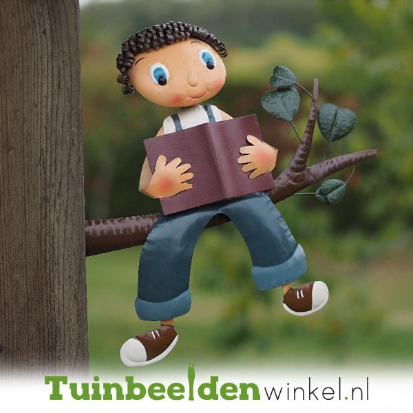 Metalen figuur ''De lezende jongen'' TBW12078