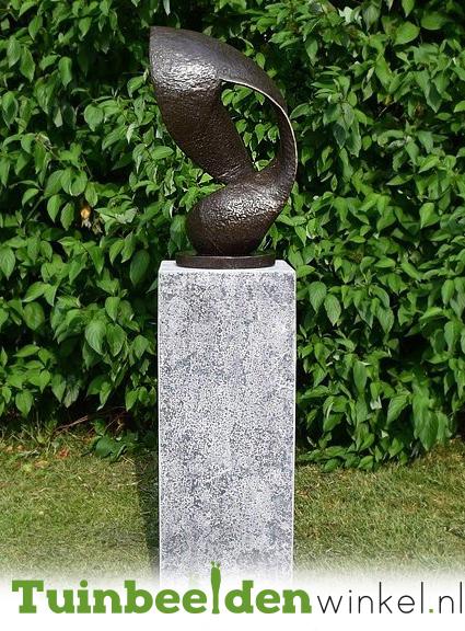 Modern tuinbeeld met sokkel