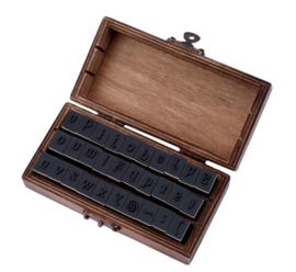 Alfabet houten stempelset in vintage houten kistje