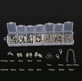 Sieraad onderdelen zilverkleur - eindkapjes - verlengkettinkjes - karabijnsluitingen - splitringen in opbergdoosje