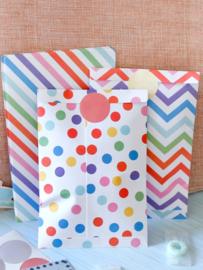24 stuks geschenkzakjes multicolor 16x11 cm + 24 stickers