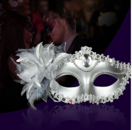 Zilverkleurige venetiaanse masker met bloem en veren