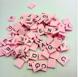 100 stuks houten Scrabble letters roze