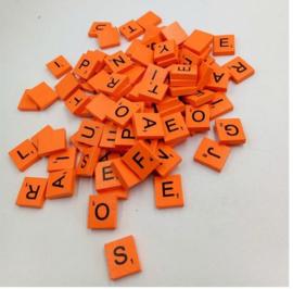100 stuks houten scrabble letters oranje