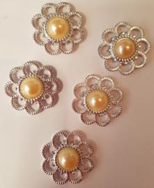 Zilveren bloem met parel - Peach/creme - 5 stuks