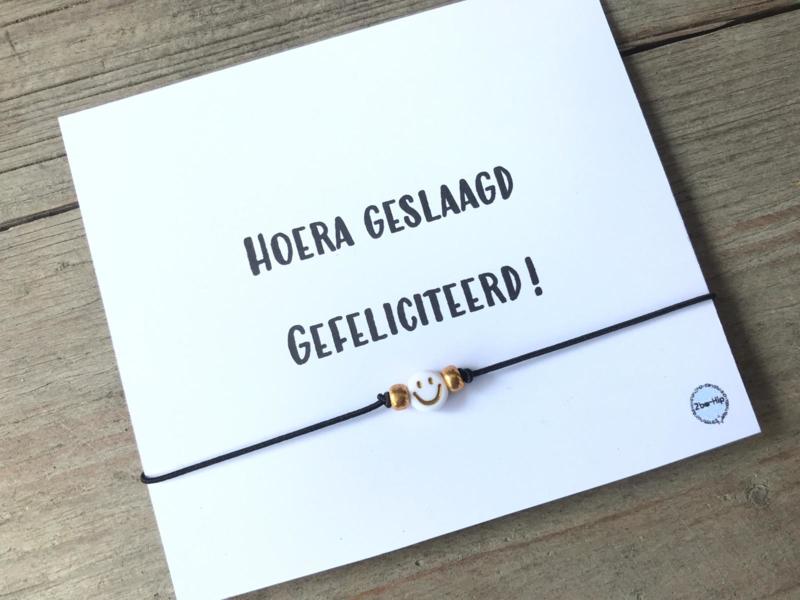 """Wenskaart """"HOERA GESLAAGD, GEFELICITEERD"""""""