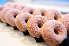 Witte stokbrood/donut plateau 65 cm x 15 cm