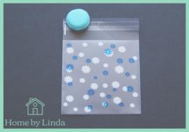 Cellofaan zakjes wit blauwe bloem 10 cm x 10 cm (set van 10 stuks)
