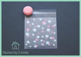 Cellofaan zakjes wit roze bloem 10 cm x 10 cm (set van 10 stuks)