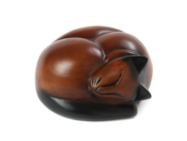 houten kattenurn slapende kat bruin-zwart