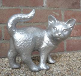 zilverkleurig beeldje staande kat