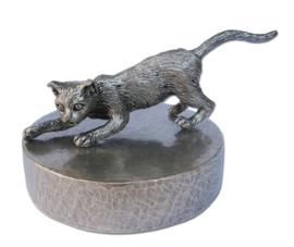 zilvertinnen urn spelende kat