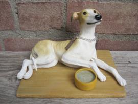 beeldje Greyhound tan-wit met voerbakje