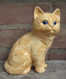 beeldje rode kat met blauwe ogen zittend