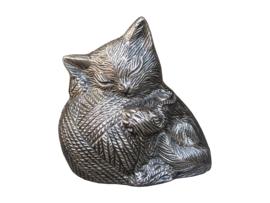 kattenurn slapende kat met bolletje wol zilverkleurig
