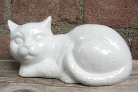 beeldje liggende kat van wit porselein