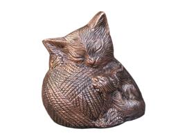 kattenurn slapende kat met bolletje wol rood