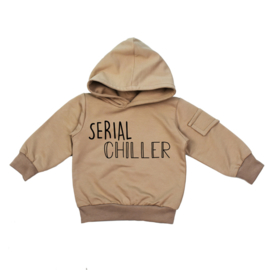 Kinder Hoodie Mokka met zijvakje en opdruk: 'Serial Chiller'