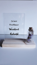 houten blok met kaart of glas met tekst en flesje droogbloemen