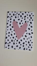 Kaart roze hart met zwarte vlekjes