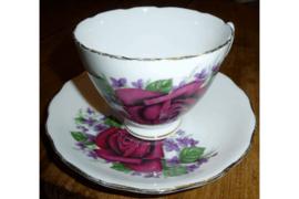 Kop en schotel met bordeaux rode roos met paarse bloemetjes