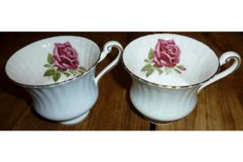 2 theekopjes (setje) met paarse roos in kopje