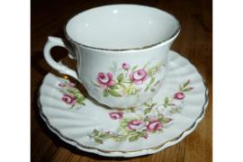 Kop en schotel met roze en kleine witte bloempjes