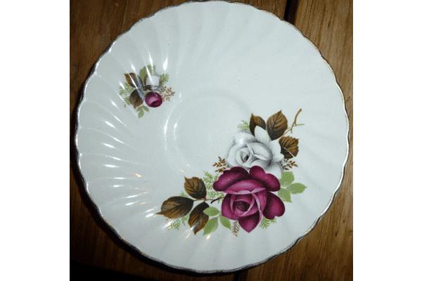 Schoteltje met paars en witte roos