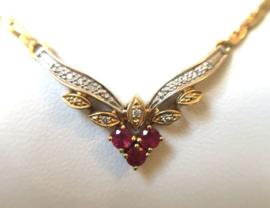 14 K Gouden Schakelcollier Vaste V-hanger Robijn Diamant